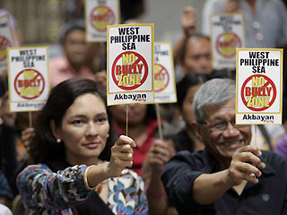 At a UP Diliman forum on Friday, Riza Hontiveros (left) and Akbayan Rep. Walden Bello ask the government to assert PHL sovereignty over the Spratlys. <b>GMA News</b>