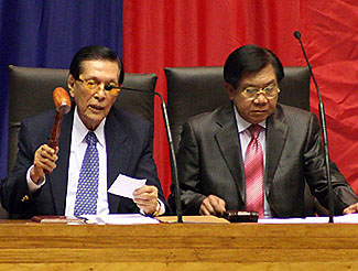 Senate President Juan Ponce Enrile and House Speaker Prospero Nograles Jr. open Wednesday's joint session on the Maguindanao martial law. <b>Mark Adrian</b>