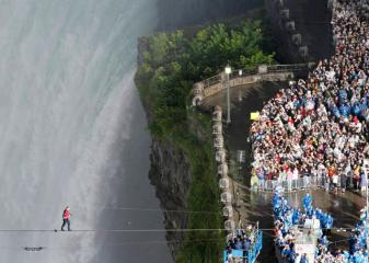 Daredevil walks tightrope over Niagara Falls, Canada