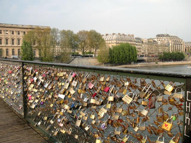 Paris puts up panels on bridge to prevent tourists love for Love lock bridge in paris