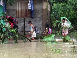 QC residents flee to safer ground as flood hits village