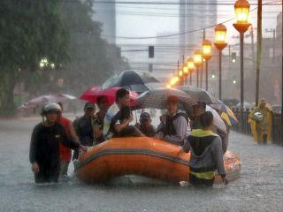 On flooded España in Manila, flood victims rescued by rare rubber boat
