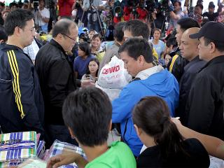 PNoy provides comfort to Marikina flood victims