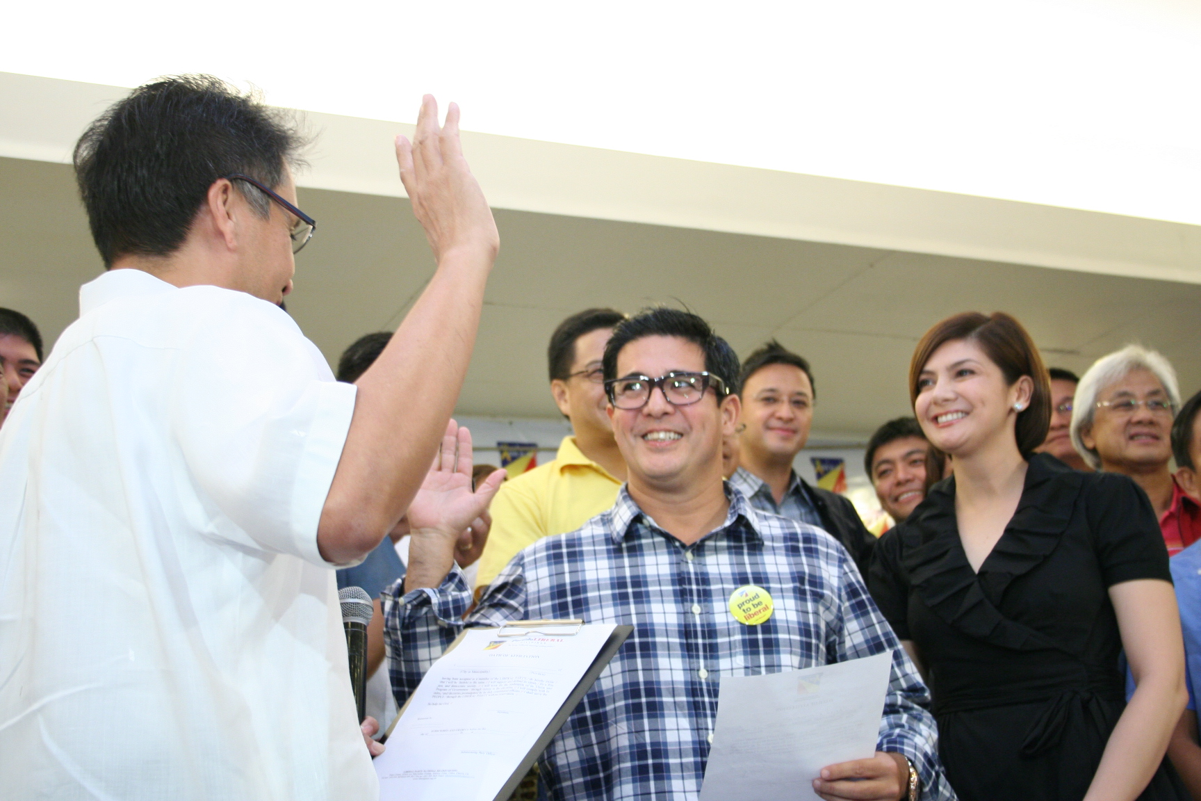 LP president Mar Roxas II administers the oath of allegiance to the party among the new recruits.