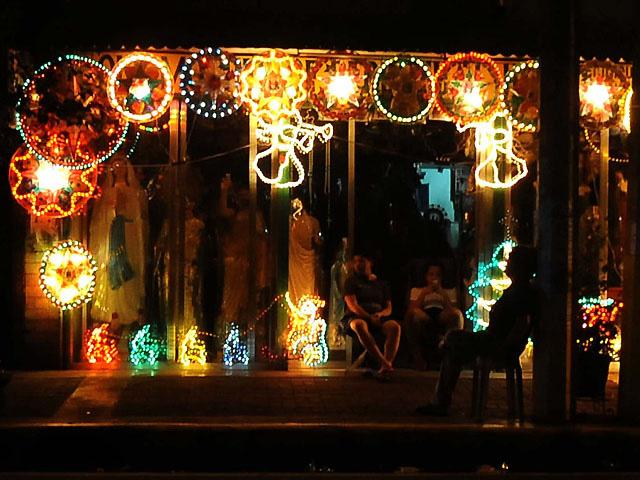 Mechanic in Bicol converts old tires into Christmas parol