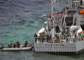 US Navy salvage team boards USS Guardian 