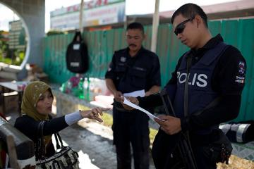 Malaysian cops check papers of Sabah residents