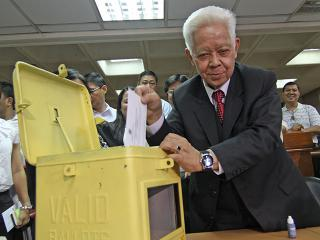 Poll chief Brillantes casts vote 14 days ahead of Election Day